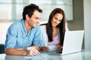 pareja con ordenador